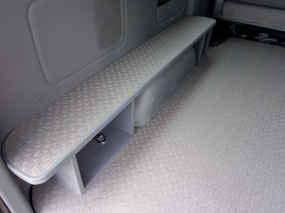 車内に腰掛BOX取付(ハイエース後部)